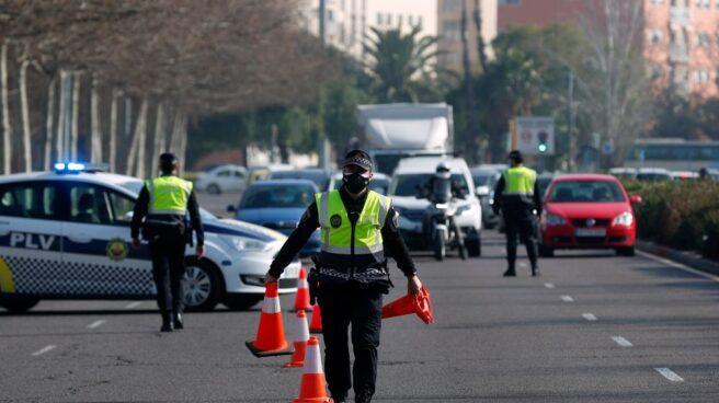Policías despliegan un control para evitar las entradas y salidas a Valencia