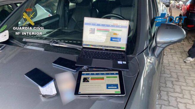 Material del grupo desarticulado por copiar exámenes de conducir.