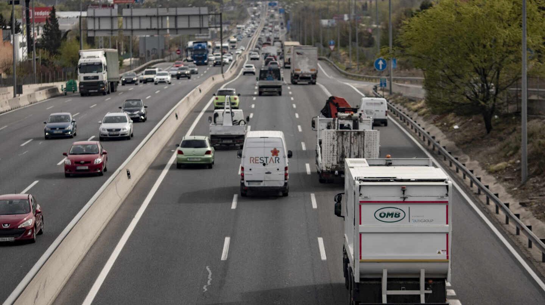 Tráfico de coches en la autovía del Sur o A-4, antiguamente llamada autovía de Andalucía a la altura de la localidad de Pinto.