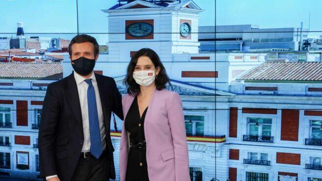 El líder del PP, Pablo Casado, y la presidenta de la Comunidad de Madrid, Isabel Díaz Ayuso, ante la Puerta del Sol