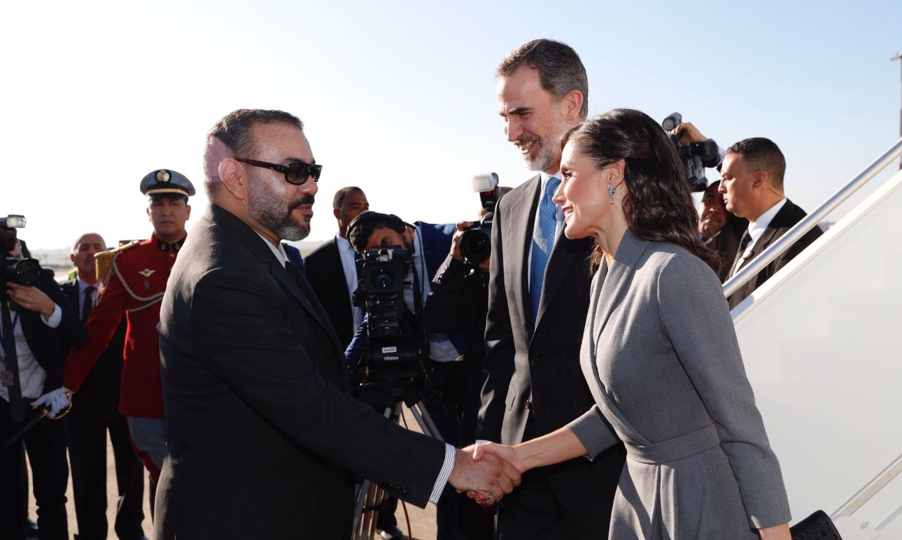 Los Reyes son recibidos por el monarca Mohamed VI en su llegada a Rabat, en una imagen de archivo.