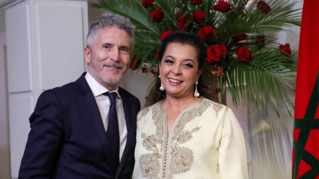 El ministro de Interior, Fernando Grande-Marlaska, junto a la embajadora de Marruecos Karima Benyaich.