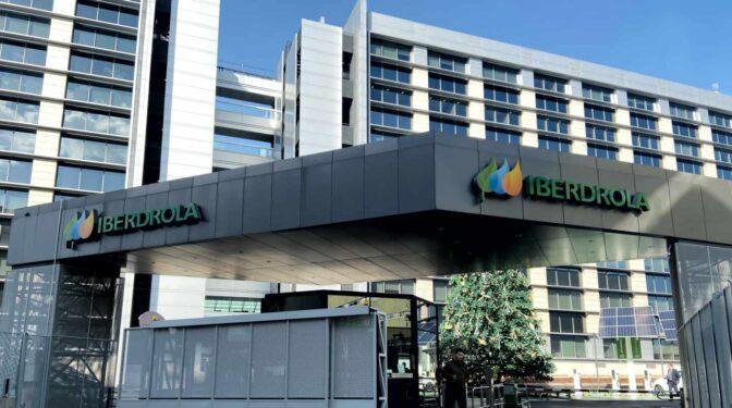 El juez también imputa a Iberdrola Renovables por contratar a Villarejo