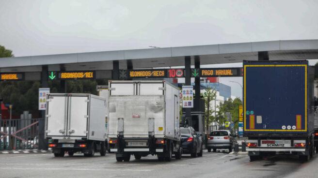 Varios camiones esperan para pasar por el peaje de acceso a Mercamadrid