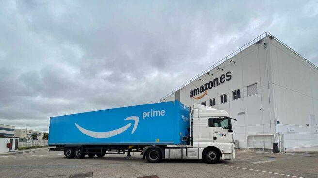 Un camión llega a las inmediaciones de Amazon Spain Fulfillment, la filial logística del gigante de comercio electrónico en España,