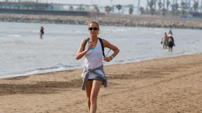 Una mujer corre por la playa de la Malvarrosa en mayo de 2020.
