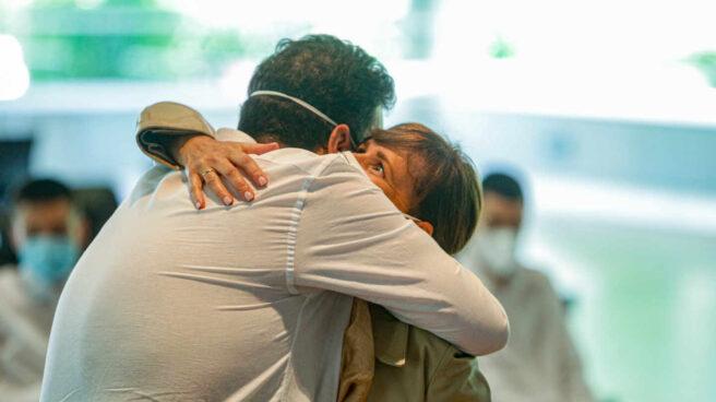 Una pareja se abraza durante la celebración de su boda, oficiada por el concejal de Urbanismo del Ayuntamiento de Madrid, Mariano Fuentes
