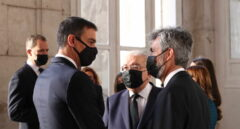 El presidente del Gobierno, Pedro Sánchez (1i), charla con el presidente del Tribunal Supremo y del Consejo General del Poder Judicial, Carlos Lesmes, en una imagen de archivo.