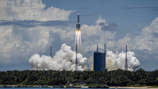 El cohete chino Larga Marcha-5B Y2 despega.