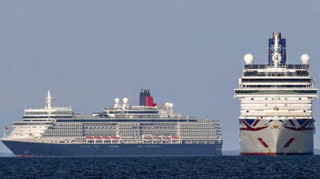 Dos cruceros en el mar