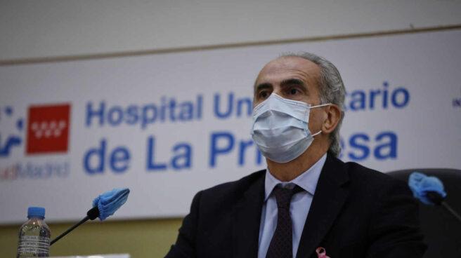 El consejero de Sanidad, Enrique Ruiz en el Hospital Universitario de La Princesa, Madrid.