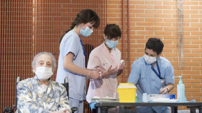 Enfermeras de Osakidetza se disponen a inocular la vacuna a una mujer.