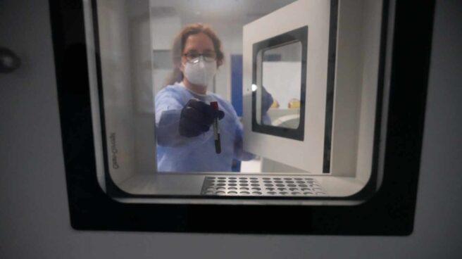 Una enfermera extrae de un frigorífico una dosis de la vacuna alemana CureVaC para su ensayo clínico, en el que participaron voluntarios, en el Hospital de Cruces de Bilbao.