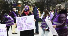 Varias mujeres participan en una concentración feminista convocada por la Comisión 8M en la Plaza del Ayuntamiento de Santander.