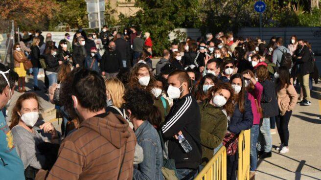 Docentes hacen cola para vacunarse con AstraZeneca en Valencia.