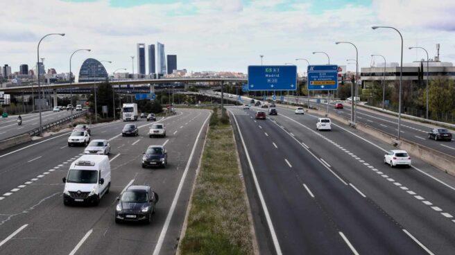 Varios coches en la carretera A-1 a su paso por la Moraleja durante el primer día del puente por el Día del Padre, en Madrid