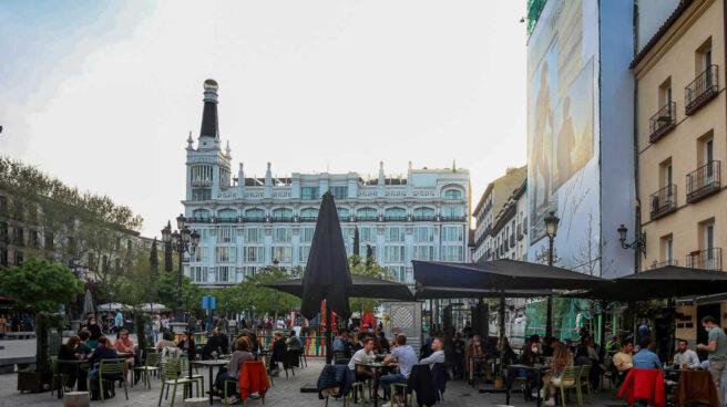 Terraza en la plaza de Santa Ana de Madrid.