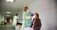Una sanitaria realiza un test de antígenos o una PCR a una mujer, en Badajoz.