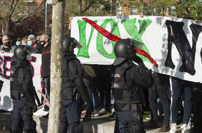 Policías nacionales, en el mitin celebrado por Vox en Vallecas el pasado 7 de abril.