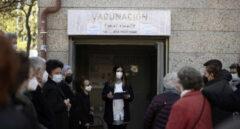 Varias personas esperan a ser vacunadas en un centro de salud en Madrid.