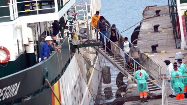 Inmigrantes, desembarcando de una patrullera de la Guardia Civil el pasado 27 de abril en el puerto de los Cristianos (Tenerife).