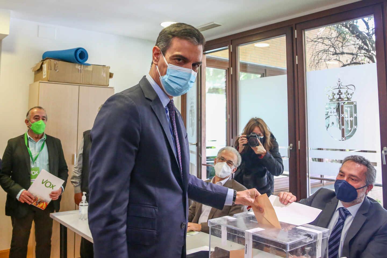 Pedro Sánchez vota en los comicios a la Asamblea de Madrid. Elecciones 4-M Madrid