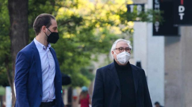 El ministro de Universidades, Manuel Castells, a su llegada al Hotel Princesa Plaza para seguir la jornada electoral.
