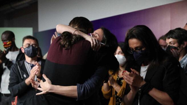 Iglesias abraza a Montero tras su adiós a la política.