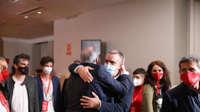Ángel Gabilondo y José Manuel Franco se abrazan antes de la rueda de prensa en la que comentaron los resultados electorales.