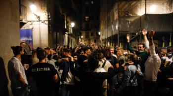 Barcelona en las calles: más de 9.000 personas desalojadas por aglomeraciones y botellones esta madrugada