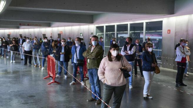 Varias personas esperan para ser vacunadas con la dosis de Pfizer, en el Wanda Metropolitano