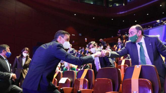 El presidente del Gobierno, Pedro Sánchez saluda al presidente de Iberdrola, José Ignacio Sánchez