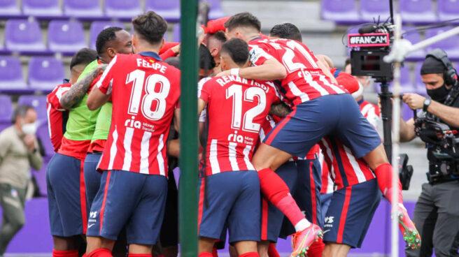 Los jugadores del Atlético de Madrid celebran el gol que le dio la liga frente al Valladolid en el José Zorrilla