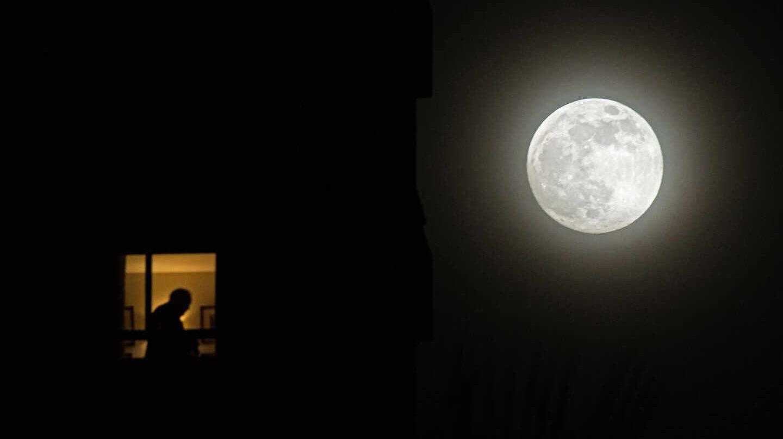 La 'Superluna de las flores' ilumina el planeta