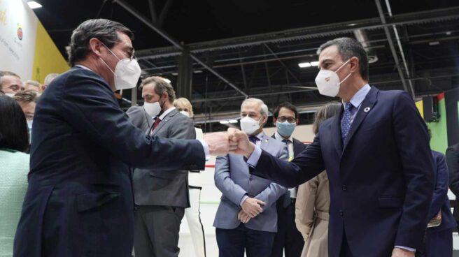 El presidente de la CEOE, Antonio Garamendi, saluda al presidente del Gobierno, Pedro Sánchez, en Fitur.