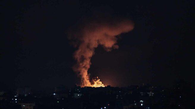 El impacto de los bombardeos israelíes en Gaza ilumina la franja