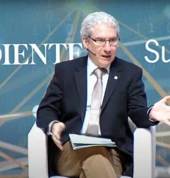 Casimiro García-Abadillo, director de El Independiente, presentando el en el 1 Congreso Internacional de Inteligencia Artificial 2018 Alicante