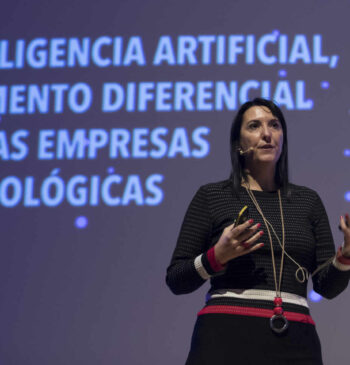 Elena Gil Lizasoain, directora global de Big Data de Telefónica y CEO de LUCA, presentando durante el Segundo Congreso Internacional de Inteligencia Artificial 2019 en Alicante