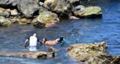 Muere un varón marroquí al intentar acceder a nado a Ceuta entre miles de compatriotas