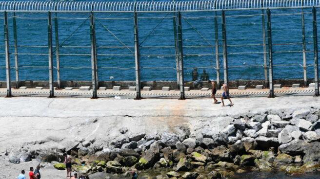 El Grupo Especial de Actividades Subacuáticas (GEAS) de la Guardia Civil traslada a varios migrantes marroquíes que han llegado a la playa del Benzú en Ceuta