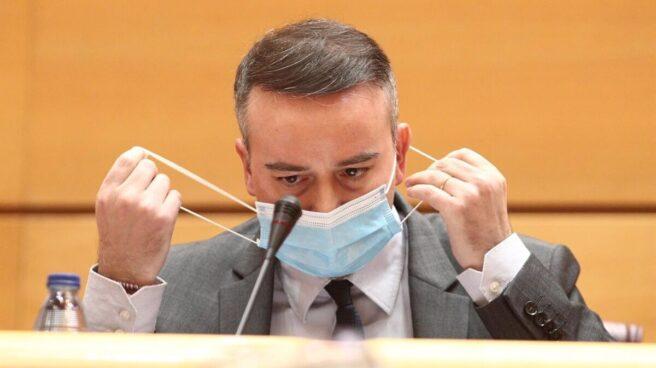 Iván Redondo se retira la mascarilla antes de intervenir en una comisión en el Congreso
