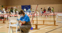 Una trabajadora de la limpieza desinfecta una silla en un colegio en Madrid.