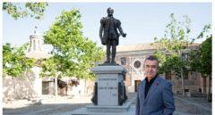 Lorenzo Silva delante de la escultura dedicada a Juan de Padilla en Toledo.
