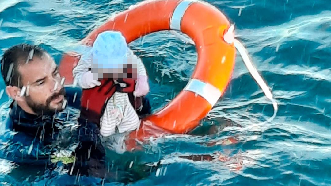 Militares y guardias civiles salvan la vida a niños marroquíes en Ceuta