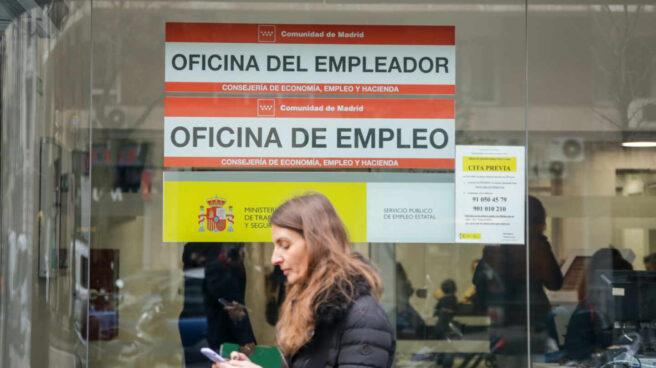 Una mujer pasa junto a una Oficina de Empleo de Madrid.