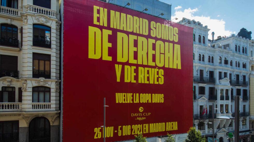 La pancarta que ha colgado la organización de la Copa Davis en la Gran Vía de Madrid