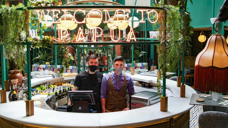 Néstor López, jefe de cocina, y Guillermo Garro, segundo de barra, en el restaurante Papúa Colón