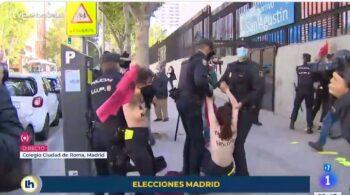 La Policía detiene a activistas de Femen junto al colegio donde ha votado Monasterio