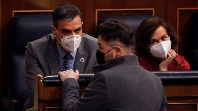 Rufián charla con Sánchez en el Congreso en presencia de Calvo