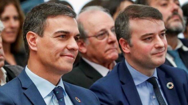 Pedro Sánchez junto a su jefe de Gabinete, Iván Redondo